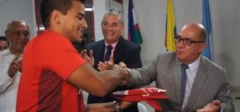 GOBERNADOR ENTREGO BANDERA A DEPORTISTAS DE MAR Y PLAYA