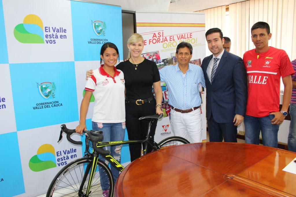 Gobernadora del Valle entregó bicicleta a triatleta Valle Oro Puro María Camila Ortega