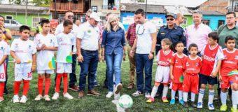 Gobernadora del Valle entregó en el corregimiento Borrero Ayerbe en Dagua, cancha sintética de fútbol once