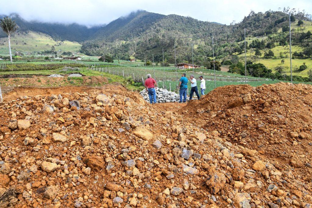 Los habitantes del corregimiento de Tenerife en El Cerrito, disfrutarán de una renovada cancha de fútbol en grama natural