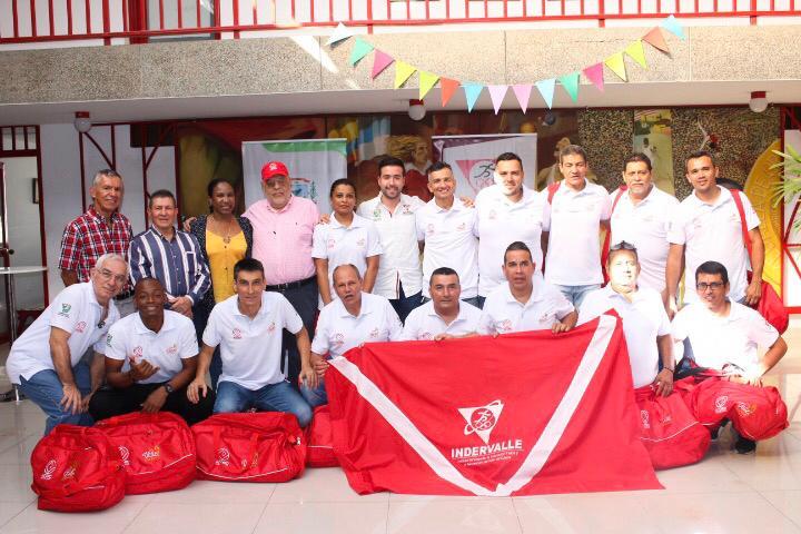 Gobernación del Valle e Indervalle, entregaron indumentaria deportiva y bandera del Valle, a periodistas rumbo a Juegos Acord